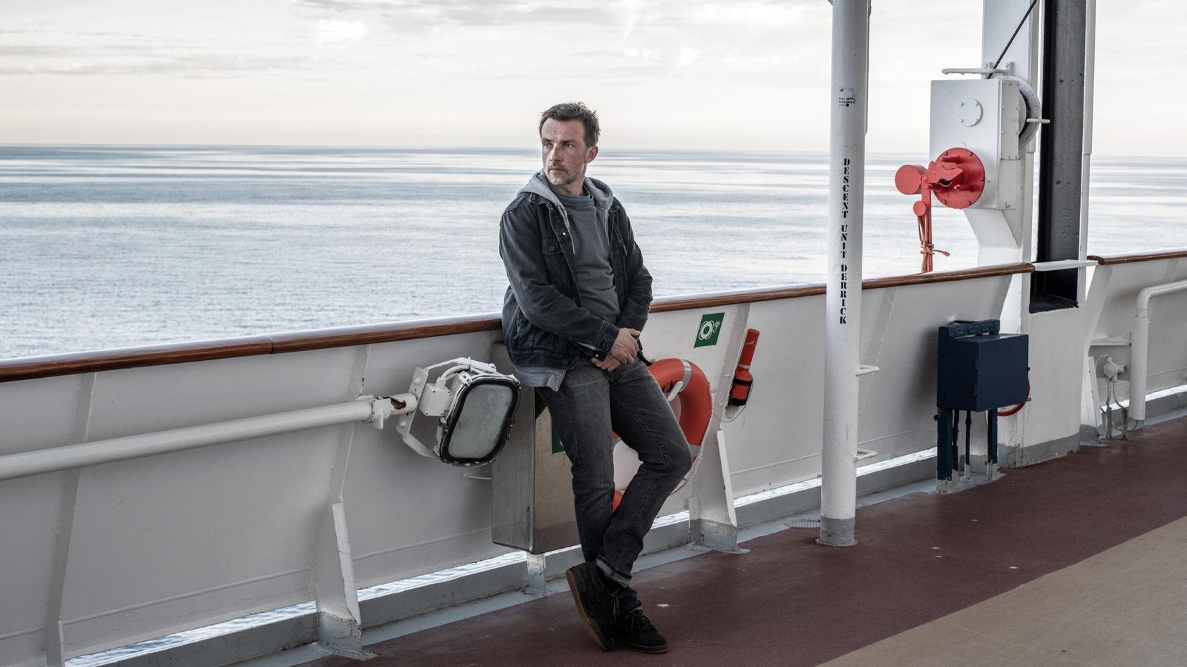 Der Polizeipsychologe Martin Schwartz (Lucas Gregorowicz) hat vor Jahren Frau und Sohn während einer Reise auf einem Kreuzfahrtschiff verloren - niemand weiß, was genau geschah.