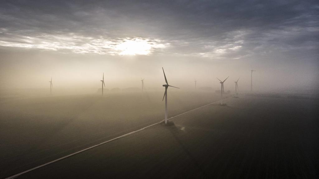 Windraeder, aufgenommen im Nebel und untergehender Sonne. Vierkirchen, 18.11.2018. Vierkirchen Deutschland *** Windmills photographed in fog and setting sun Vierkirchen 18 11 2018 Vierkirchen Germany PUBLICATIONxINxGERxSUIxAUTxONLY Copyright: xFloria