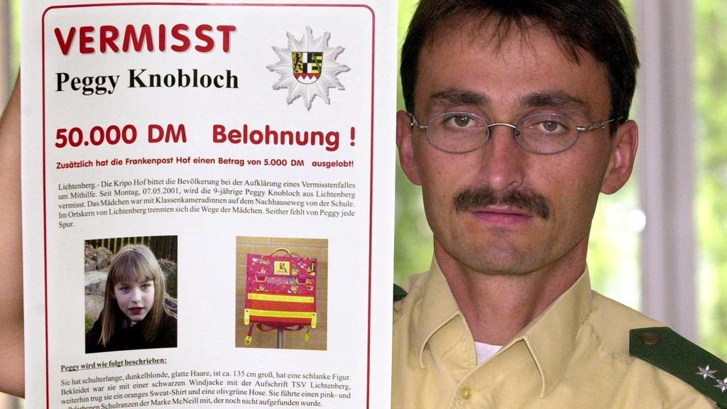 Der Polizeibeamte Klaus Bernhardt zeigt am 9.7.2001 in der Poizeidirektion Hof das neue Plakat, mit dem nach der vermissten Peggy Knobloch gesucht wird. In Kürze sollen solche Plakate in jeder Polizeidienststelle in Deutschland aushängen, insgesamt 2