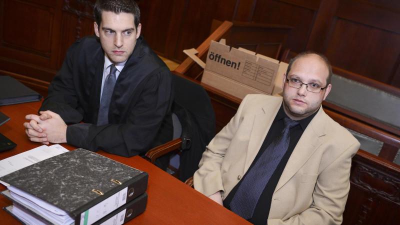 dpatopbilder - Der als Peggys Mörder verurteilte Ulvi K. (r) sitzt am 10.04.2014 vor Beginn des Wiederaufnahmeverfahrens vor dem Landgericht Bayreuth (Bayern) neben seinem Rechtsanwalt Michael Euler. 2004 wurde Ulvi K. in einem Indizienprozess wegen