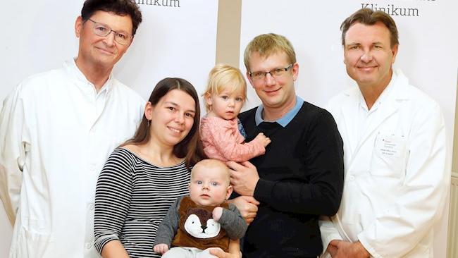 Baby Jan mit seinen Eltern und den Ärzten