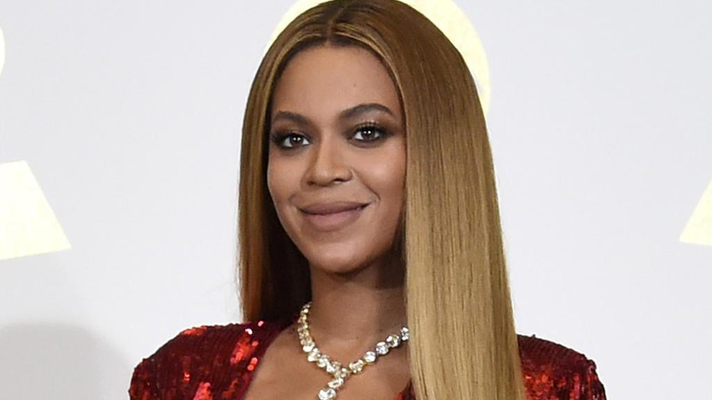 """ARCHIV - 12.02.2017, USA, Los Angeles: Sängerin Beyonce bei der 59. Grammy-Verleihung. Beyonce hat Details über die schwierige Geburt ihrer Zwillinge vor gut einem Jahr öffentlich gemacht. (zu dpa """"Beyonce: Zwillinge kamen mit Not-Kaiserschnitt zur W"""