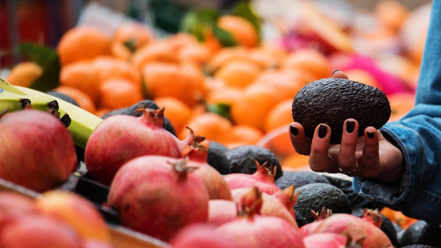 Wegen der Corona-Regeln könnte das Obst und Gemüse in Deutschland bald knapp werden.
