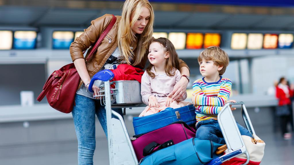 Eine Familie reist mit viel Gepäck.
