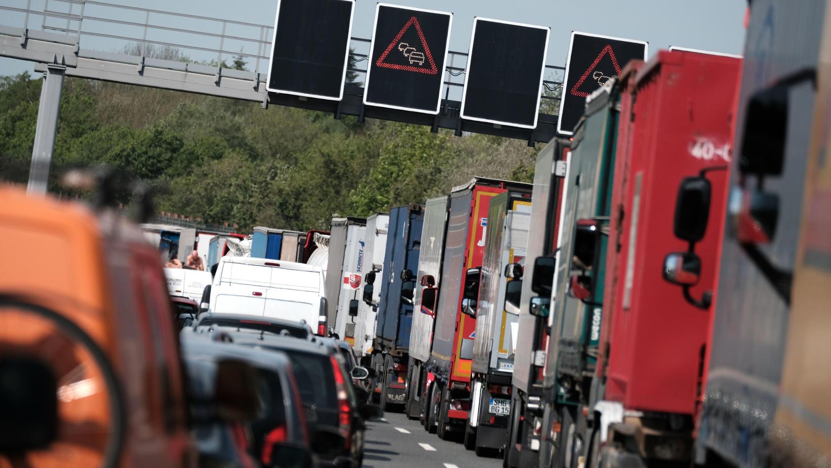 Stau auf der Autobahn (Archiv)