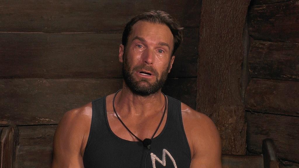 Im Dschungeltelefon kann Bastian Yotta seine Tränen nicht mehr zurückhalten.