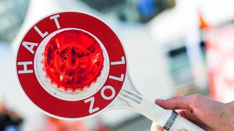 Der Zoll Osnabrück hatte bei dem Autofahrer wohl den richtigen Verdacht und fand mehrere Kilo Drogen im Wagen.