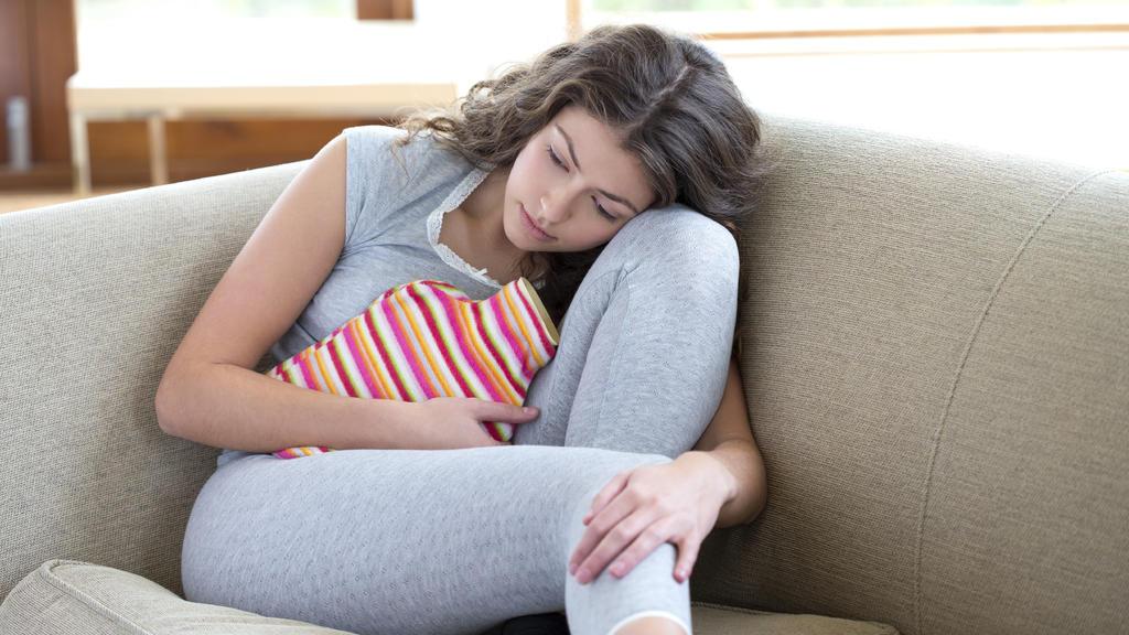 Wärmflasche hilft gegen Perioden-Schmerzen