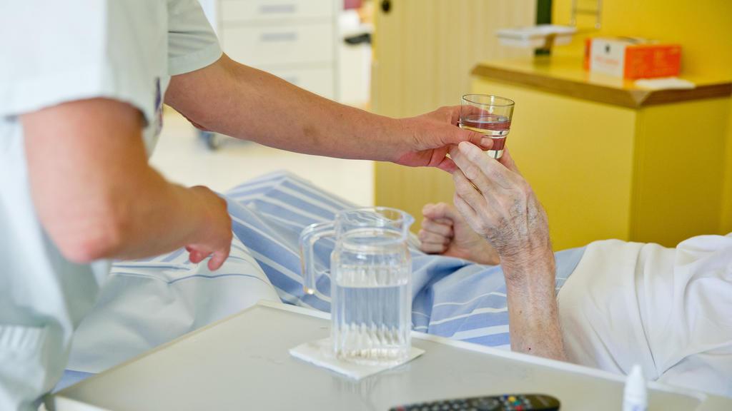 Pfleger kümmert sich um Patienten