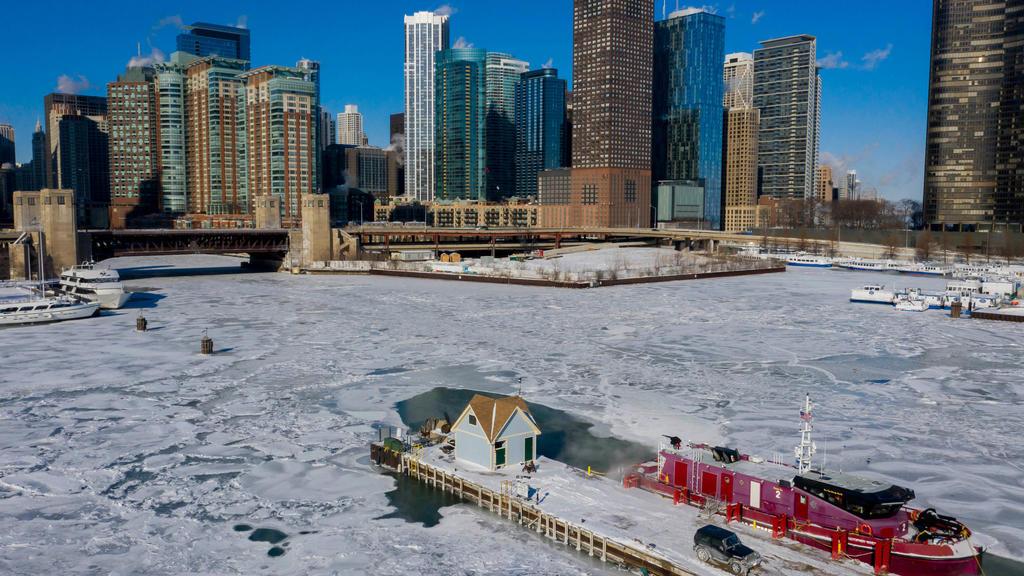 30.01.2019, USA, Chicago: Ein Boot der Chicagoer Feuerwehr vor den Docks zwischen dem von Eis bedeckten Chicago River und dem Lake Michigan in Chicago. Eisige Temperaturen mit rekordverdächtigen Minuswerten habe weite Teile der USA im Griff. In der N