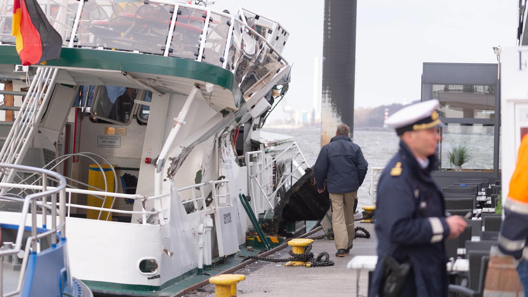 Containerschiff rammt Hafenfähre in Hamburg Blankenese.