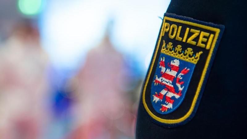 Das Wappen der Polizei Hessen auf einer Uniform. Foto: Silas Stein