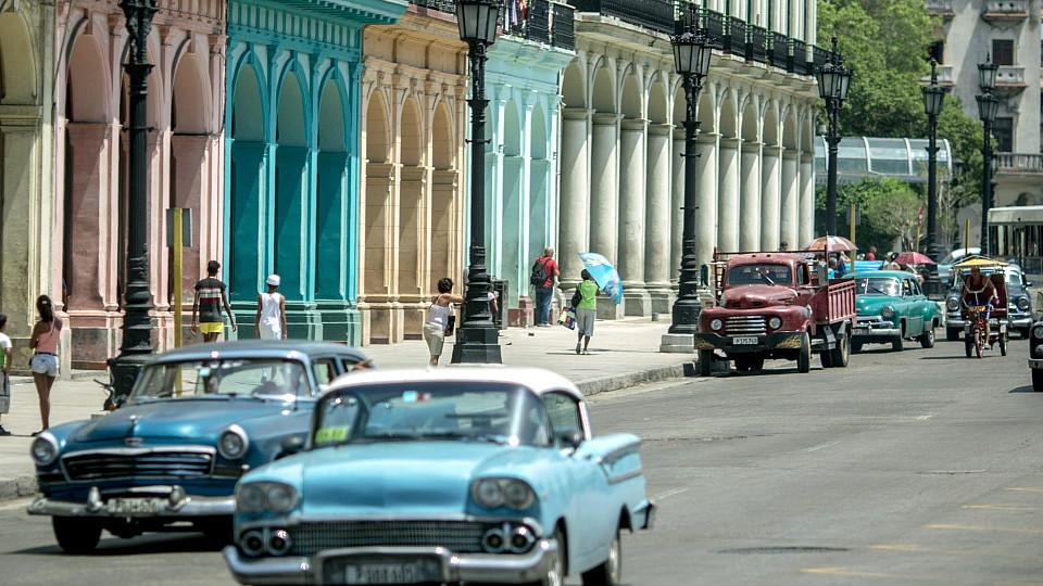 Oldtimer fahren am 17.07.2015 durch Havanna (Kuba). Foto: Michael Kappeler/dpa (zu dpa Korr-Bericht 'Die Amerikaner kommen - Kuba freut sich auf neue Ära' vom 19.07.2015) +++(c) dpa - Bildfunk+++