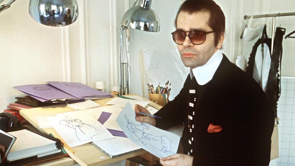 Ein Blick in die Vergangenheit: Karl Lagerfeld am Zeichentisch im Jahr 1979.