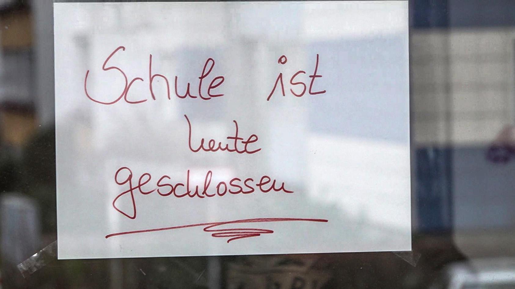 """Wegen völlig verdreckter Toiletten: Der Rektor der Reinhold-Burger-Schule gab seinen Schülern """"stinkefrei""""."""