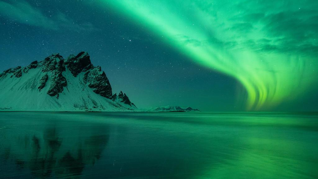 Auf der Nordhabkugel der Erde sind die Sonnenwinde für die Entstehung der Polarlichter verantwortlich.