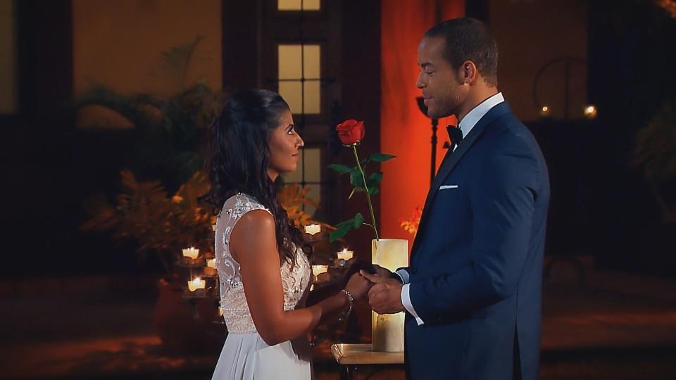 Als Eva bei Andrej ankommt, hat sie noch die Hoffnung, die letzte Rose des Bachelors zu bekommen.