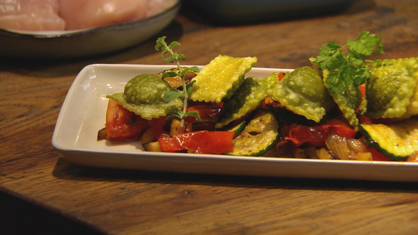 Herzhaft zubeißen – Alles was knuspert und knackt: Knusper-Ravioli auf Gemüsebett