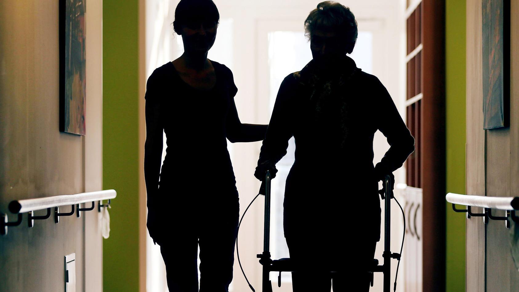 Auch für die Altenpflege gibt es mehr Interessierte dank der neuen Ausbildungsform.