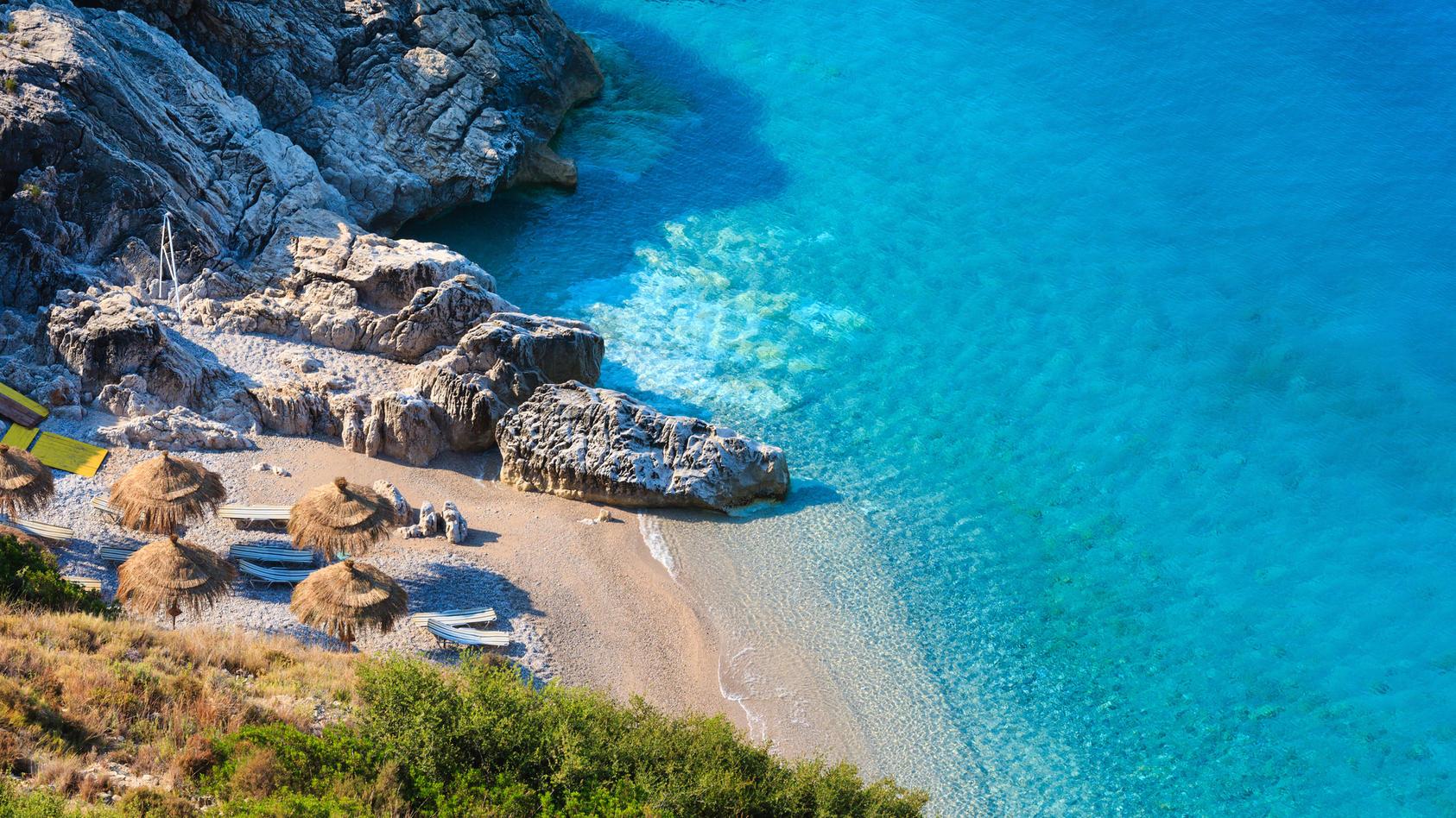 Albanien begeistert mit traumhaften Stränden und kristallklarem Wasser.