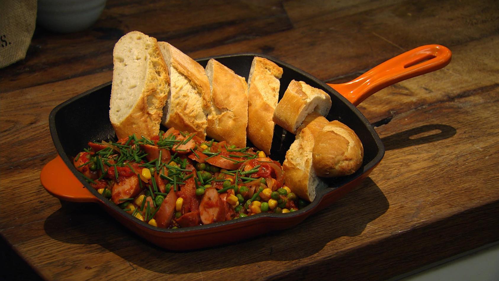 Mach was draus! Cleveres aus dem Vorratsschrank: Chili con Würstchen mit Baguette