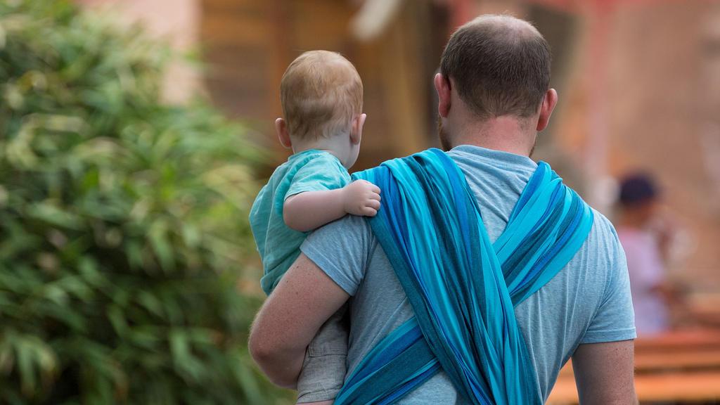 """ARCHIV - 20.06.2018, Dresden: Ein Mann hält ein Baby auf dem Arm. (zu dpa """"Familienministerin will Unterhalt für Trennungskinder neu ordnen"""") Foto: Monika Skolimowska/ZB/dpa +++ dpa-Bildfunk +++"""