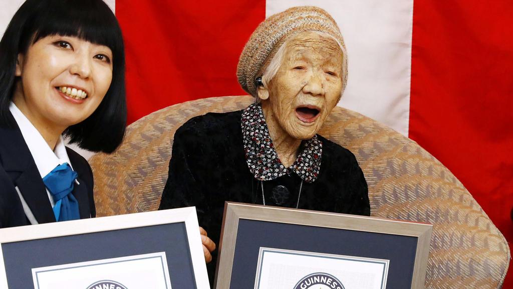 Kane Tanaka mit ihrem Zertifikat des Guinness-Buch der Rekorde.