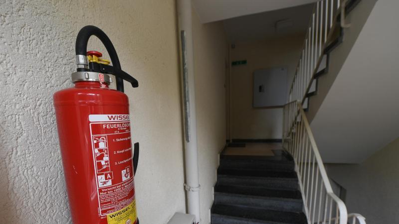 Unbekannte haben den Feuerlöscher aus der Halterung gerissen und in die Tiefe geworfen. (Symbolbild: Arne Dedert/Archiv)