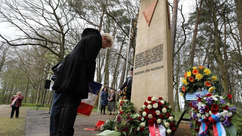 Überlebende, Angehörige und Schüler gedenken der Opfer des Todesmarsches von 1945. Foto: Bernd Wüstneck/Archiv