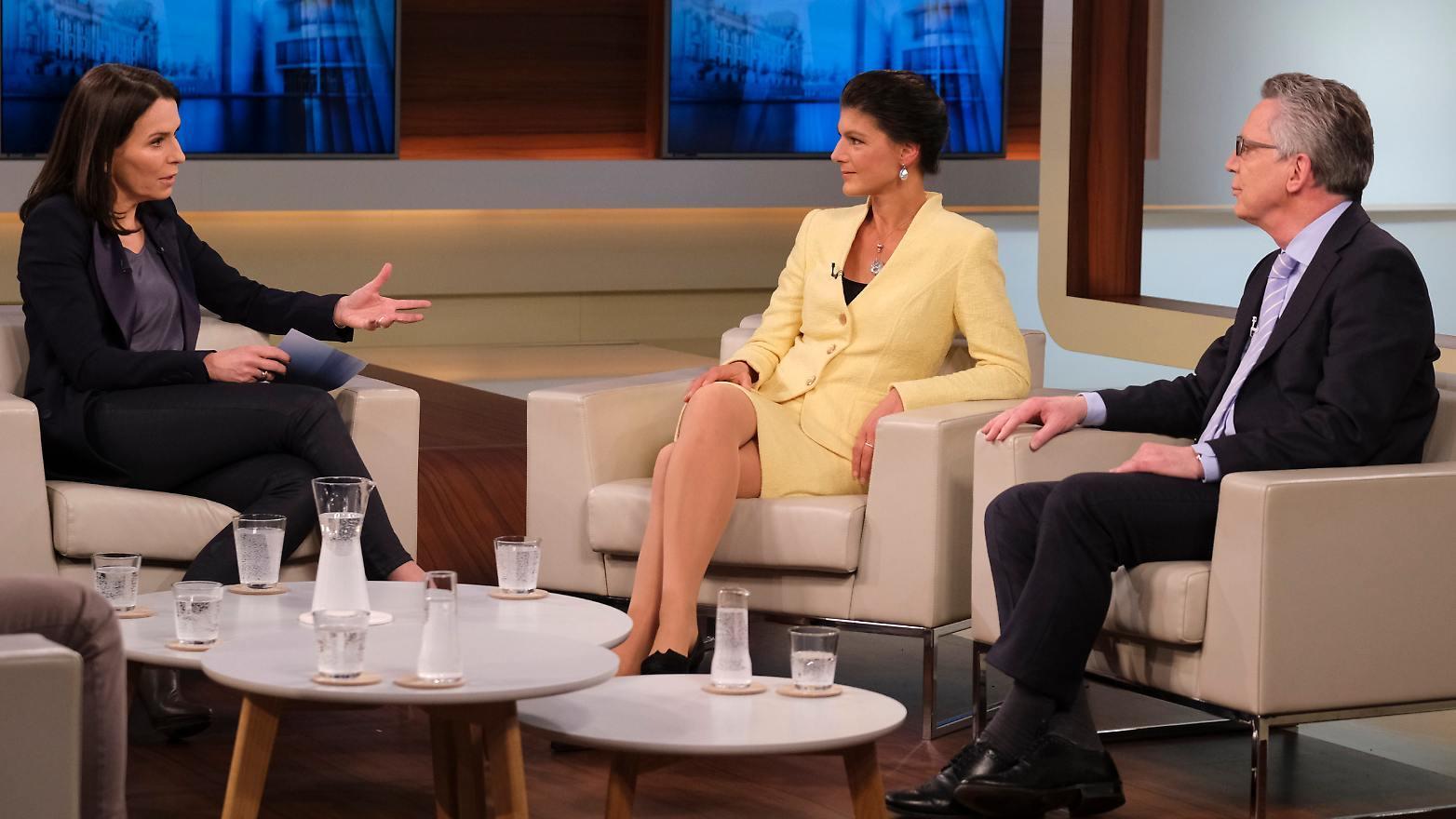 Moderatorin Anne Will mit Gästen Sarah Wagenknecht und Thomas de Maizière (Foto: NDR/Wolfgang Borrs)