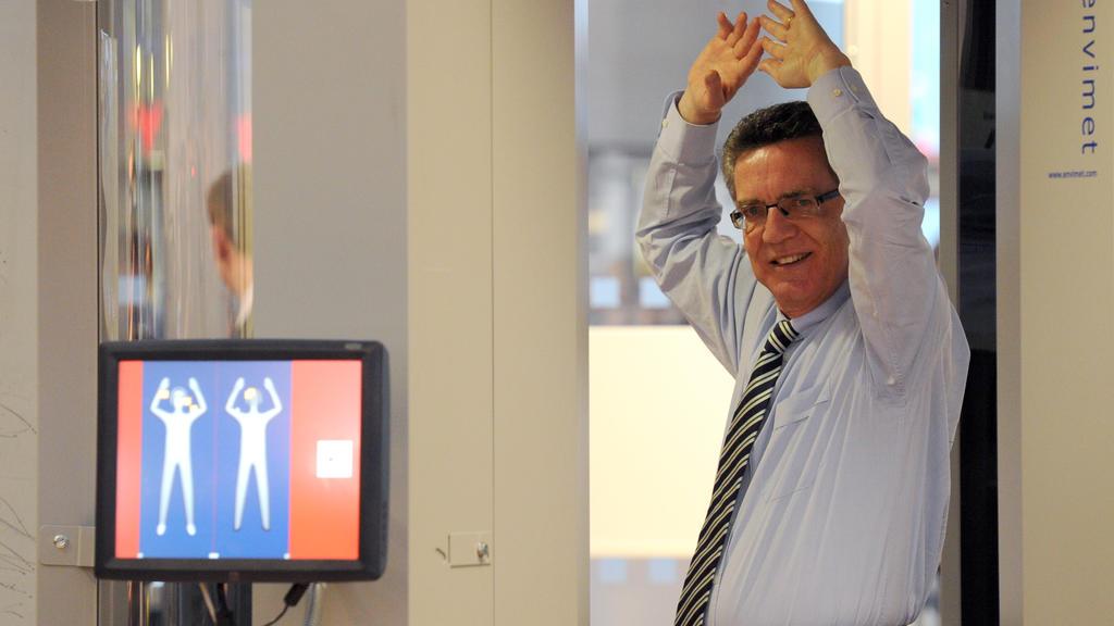 Bundesinnenminister Thomas de Maiziere (CDU) geht am Montag (27.09.2010) in Hamburg auf dem Flughafen durch einem Körperscanner. De Maiziere nahm die Körperscanner hier in Betrieb. Zwei Geräte werden für mindestens ein halbes Jahr getestet. Für die P