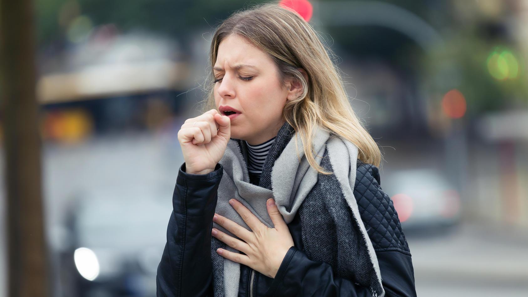 2018 sind deutschlandweit knapp 5500 Menschen an Tuberkulose erkrankt. Länger bestehender Husten ist ein Symptom für die Krankheit.