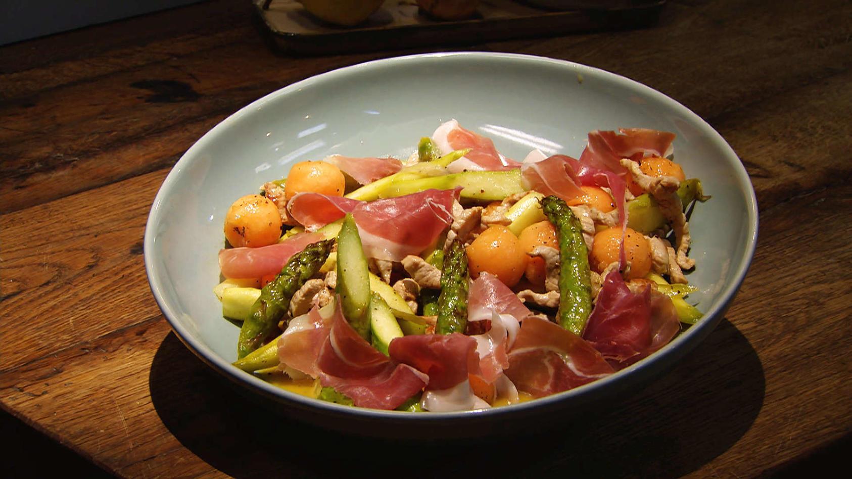 Lust auf Geschnetzeltes? Leckeres aus der Pfanne: Spargel-Melonen-Salat mit Schweinegeschnetzeltem