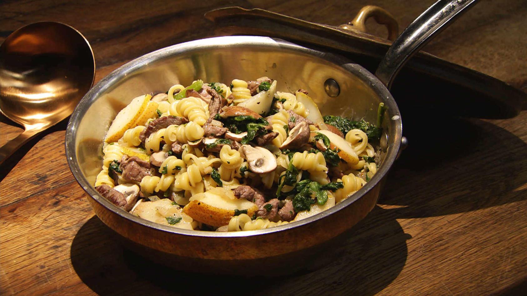 Lust auf Geschnetzeltes? Leckeres aus der Pfanne: Rindergeschnetzeltes mit Spinat, Pilzen und Pasta