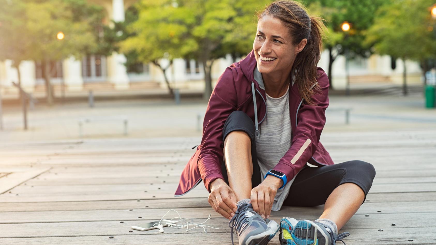 Drei bis fünf mal die Woche 30 bis 60 Minuten Sport oder intensive Bewegung reichen schon, um glücklicher zu sein als jemand, der mehr verdient.