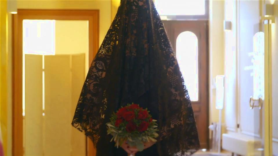 hochzeit-a-la-florian-heike-heike-schreitet-zum-altar-in-schwarz