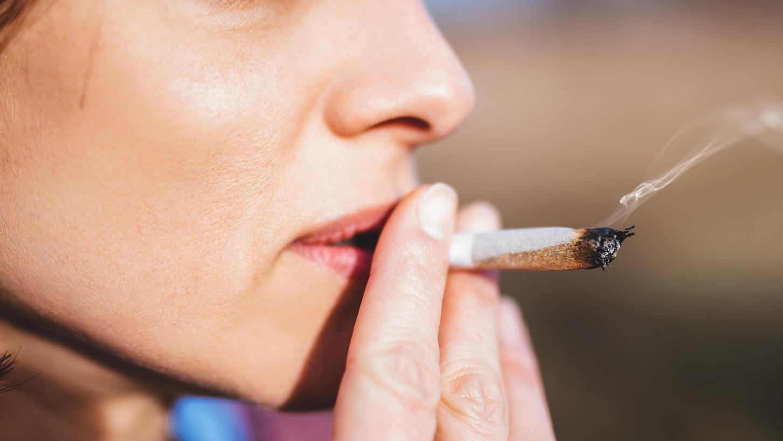 Frau raucht einen Joint.