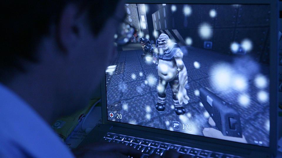 Der DAK-Gesundheitsreport zeigt: Viele Menschen zocken Games während der Arbeit (Symbolbild).