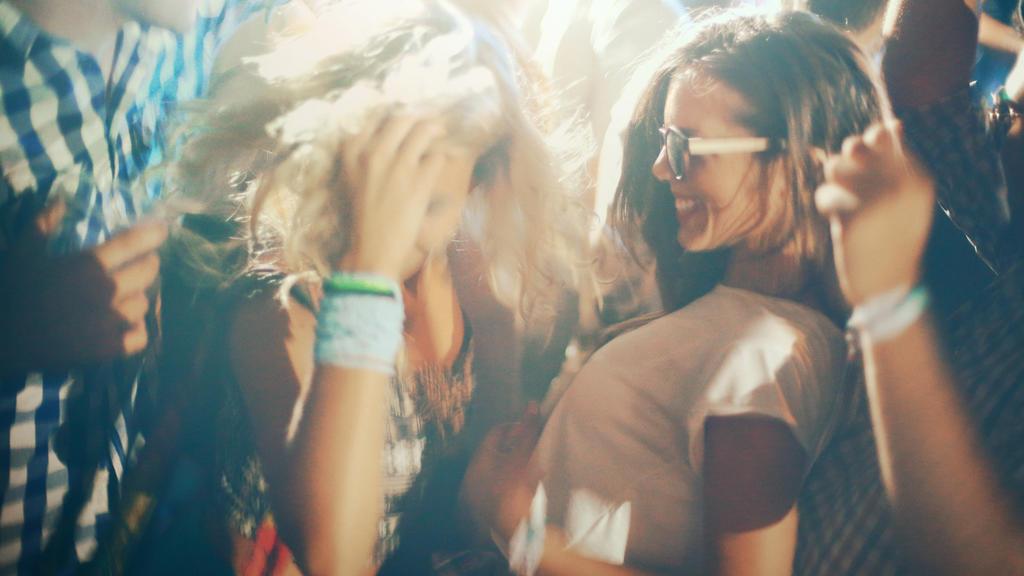 Menschen tanzen in einem Club