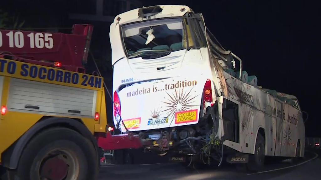 18.04.2019, Portugal, Funchal: Ein Fahrzeug schleppt einen demolierten Bus ab. An Bord des Unglücksbusses auf der portugiesischen Urlaubsinsel Madeira waren nach bisherigen Erkenntnissen des Reiseveranstalters trendtours 51 seiner Gäste. Die Reisegru