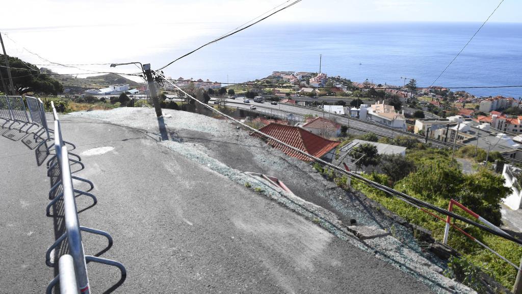 Schwerer Unfall auf Madeira: Der Bus stürzte diesen Abhang hinunter und krachte in ein Haus.