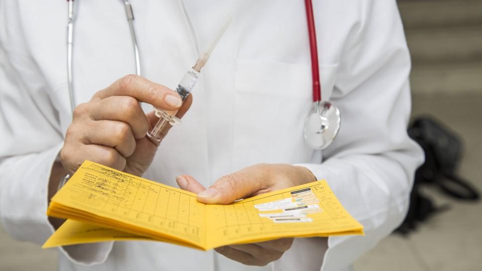 Der Stempel im Impfpass: Viele junge Menschen warten auf eine Corona-Impfung