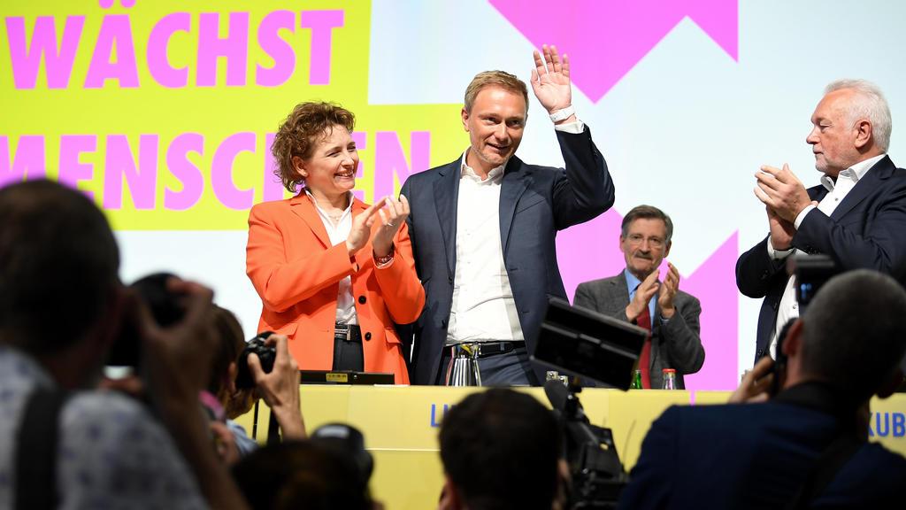 26.04.2019, Berlin: Nicola Beer, FDP-Generalsekretärin und Spitzenkandidatin für die Europawahl der FDP, und Christian Lindner, Fraktionsvorsitzender und Parteivorsitzender der FDP, nehmen den Applaus von Parteimitgliedern beim 70. FDP-Bundesparteita