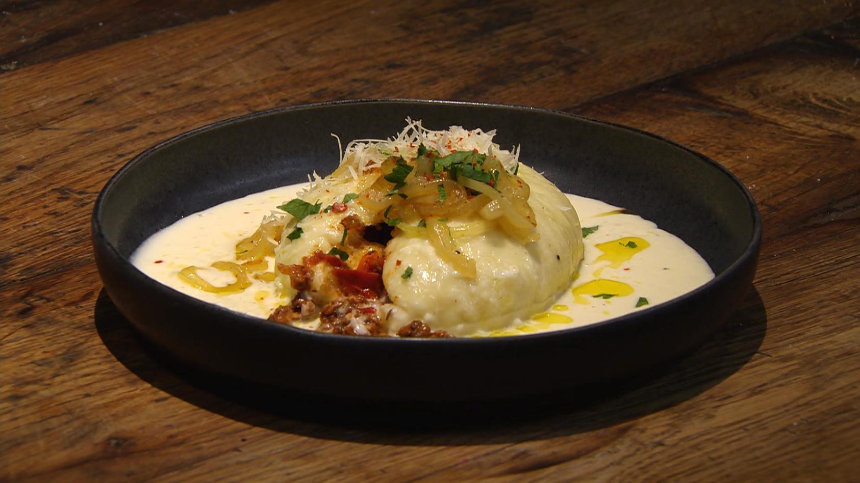 Ab in den Urlaub! Kulinarische Grüße aus Österreich: Herzhafte Germknödel mit Käsesauce