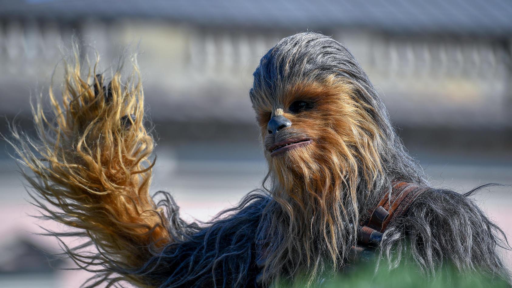 """Chewbacca, mit dem Spitznamen """"Chewie"""", ist eine fiktive Figur in der Star Wars-Reihe."""