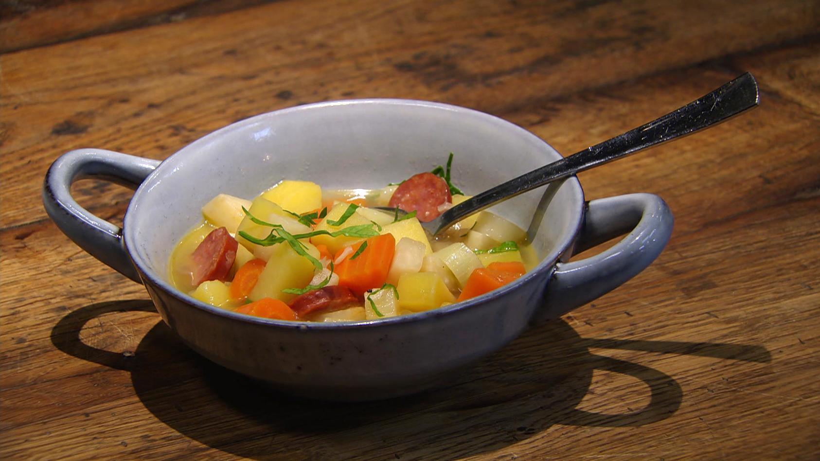 Deftig und lecker – Gerichte mit Tradition: Kartoffeleintopf mit Cabanossi
