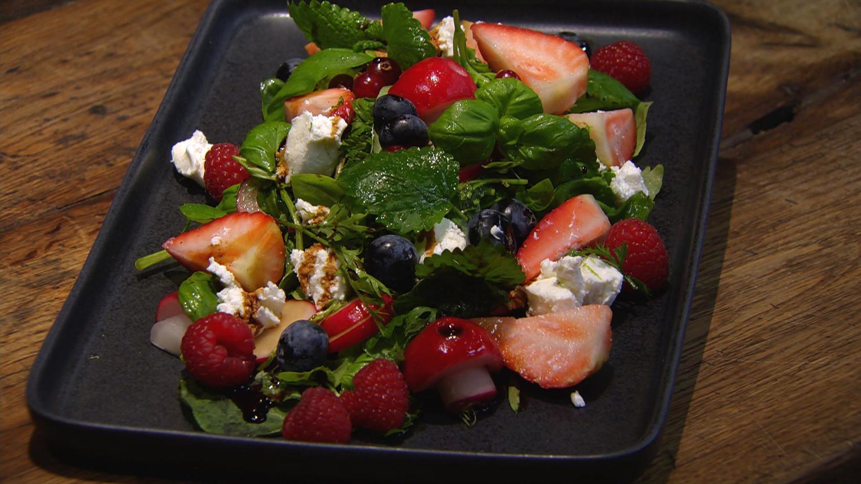 Querbeet – Schätze aus dem Garten: Beeren-Kräuter-Salat mit Ziegenfrischkäse