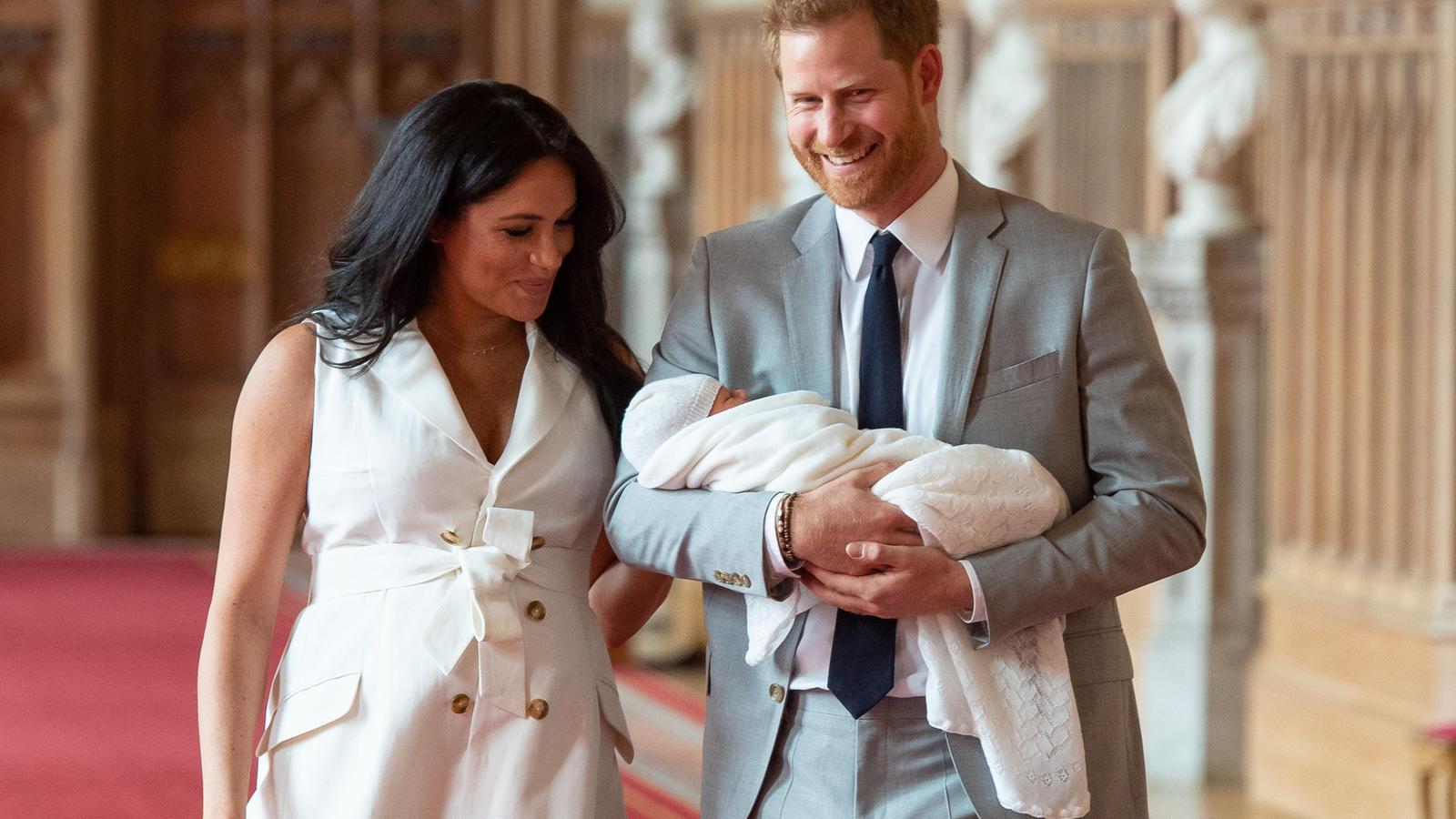 Nur zwei Tage nach der Geburt ihres ersten Söhnchens zeigt sich Meghan an der Seite ihres Mannes Prinz Harry in luftigem Blusenkleid. Deutlich zu erkennen: Ihr noch vorhandenes Babybäuchlein.
