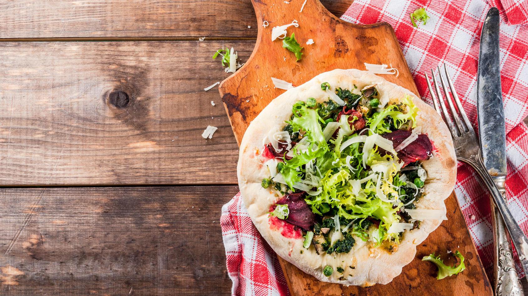 Pizza mit Salat und Pesto - so macht gesundes Essen Spaß!