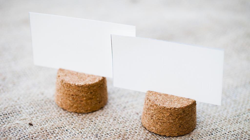 DIY-Hochezeit-Tischkarten: Korken mit Kärtchen